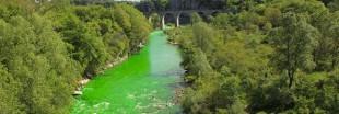 Pour sensibiliser à la pollution, 12 rivières françaises deviennent fluorescentes