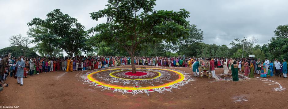 - Valley School dans la région de Bangalore en Inde (école primaire, collège et lycée, 30 ans d'existence) où les enfants et adolescents vivent au rythme de la nature et dans un contexte où l'art est primordial.