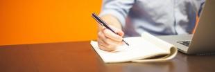 Conseils pour bien se tenir au bureau et éviter les postures qui usent