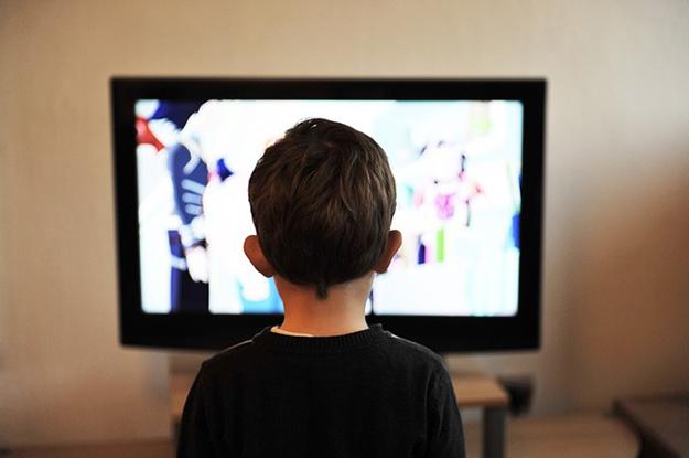 regarder le téléviseur, enfant,  consommation d'énergie