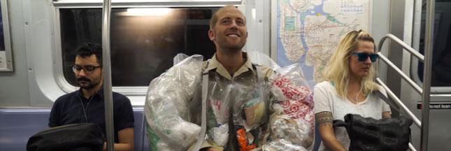 Pour sensibiliser les gens, cet homme s'habille avec ses propres déchets
