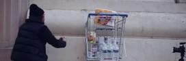 Vidéo: Il encastre un chariot rempli de nourriture pour les plus démunis