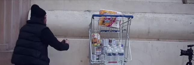Vidéo : Il encastre un chariot rempli de nourriture pour les plus démunis