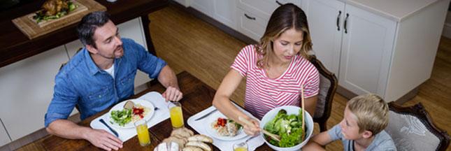 Les Français mangent moins à table