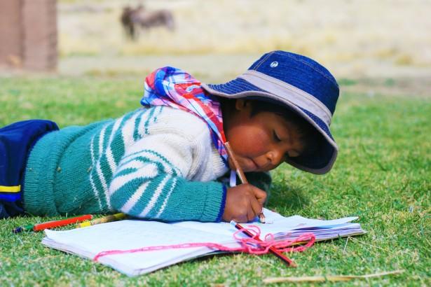 Enfant Aymara faisant ses devoirs au Pérou © Ruslana Iurchenko Shutterstock