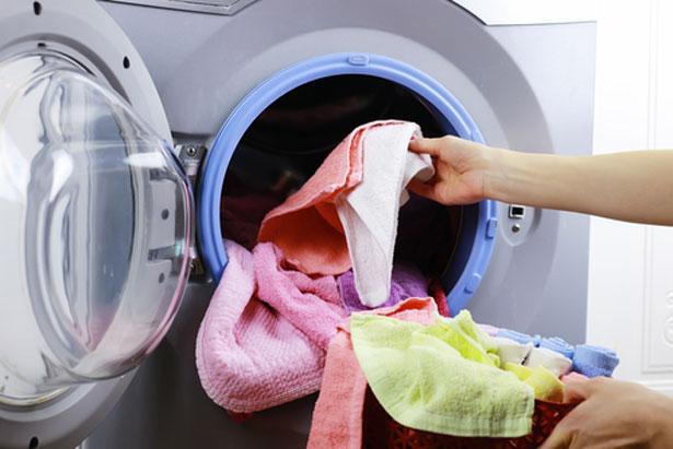 3 astuces avec du vinaigre blanc pour votre machine laver - Comment desherber avec du vinaigre blanc ...