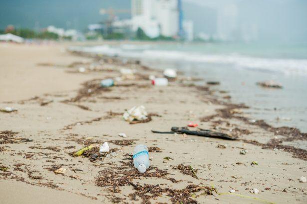 empreinte carbone aliments, plage polluée, bouteilles en plastique