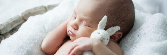 Santé: bien coucher son bébé pour éviter les déformations du crâne