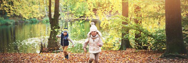 Ces enfants de 2 à 6 ans qui vont à l'école dans les bois