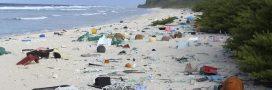 Une île déserte du Pacifique Sud entièrement recouverte de plastique