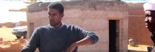 Ce réfugié construit des maisons avec des bouteilles en plastique