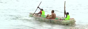 Au Cameroun, un jeune ingénieur construit des pirogues... en bouteilles recyclées