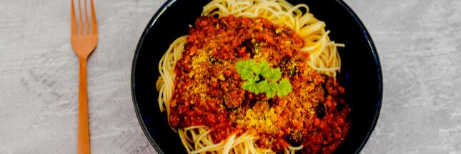 Goûtez la bolognaise végétale aux noix, future star de vos plats de pâtes!