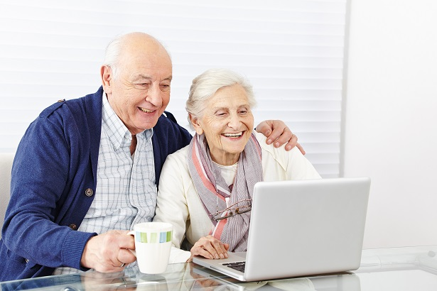 Personnages âgées ordinateur