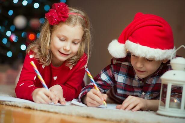 Deux enfants rédigent leur lettre au Père Noël