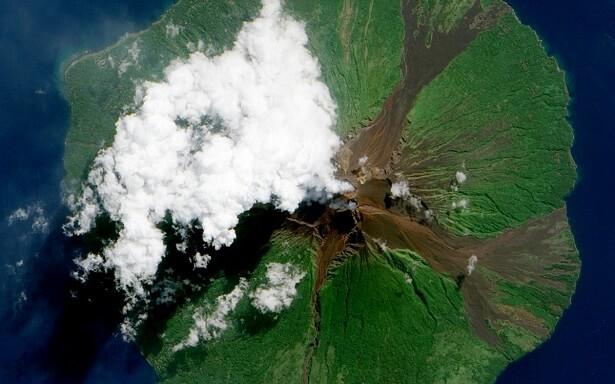 Volcan Manam vu de l'espace