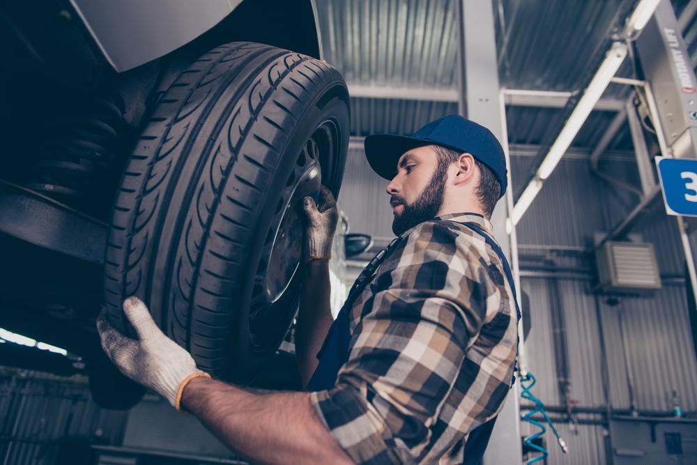 changement de pneu de voiture