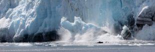 La vidéo glaçante d'un iceberg géant qui se détache d'un glacier
