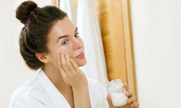 comment utiliser l'huile de coco dents bain de bouche hydrater la peau