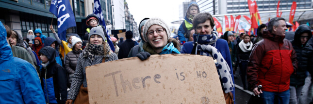 Marches, chaînes humaines : de plus en plus de citoyens européens s'élèvent contre l'inaction climatique