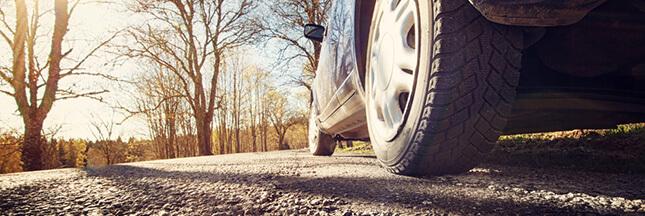 pollution voiture, pneus d'automobile