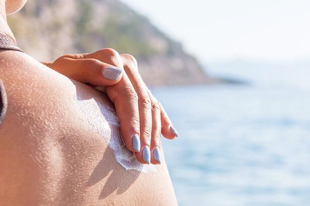 crème solaire périmée à éviter