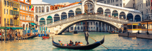 Les gondoliers de Venise plongent dans la lagune pour la nettoyer
