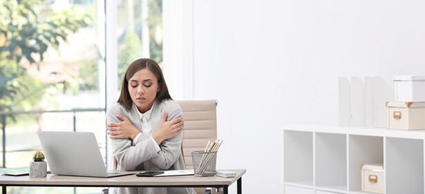 femmes froid au bureau hommes