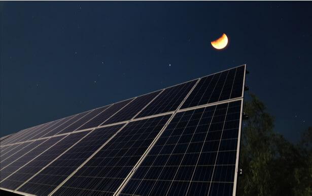 panneaux solaires nuit