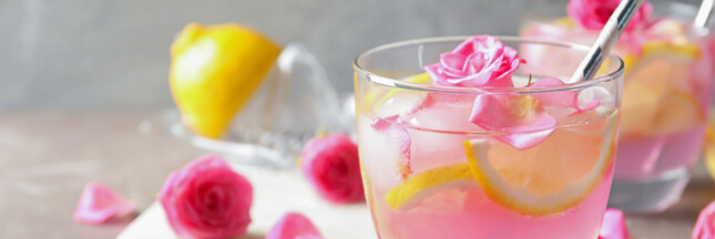 Limonade maison aux pétales de rose et à la menthe fraîche