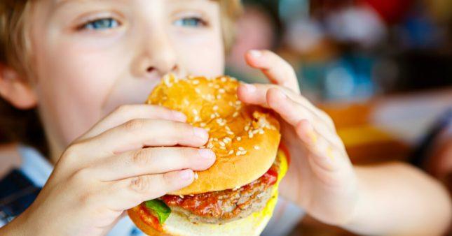La malbouffe met la santé osseuse des enfants en danger