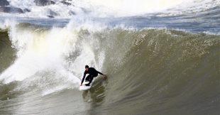Cet été, des surfeurs volontaires mesurent la qualité des  eaux de baignade